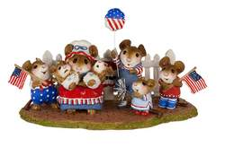 Large mouse family waits for July 4th parade