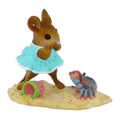 Girl mouse is approached by a scary crab