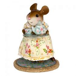 Mouse with summer dress carriing a tea set