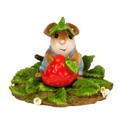 Child mouse helps with strawberry picking